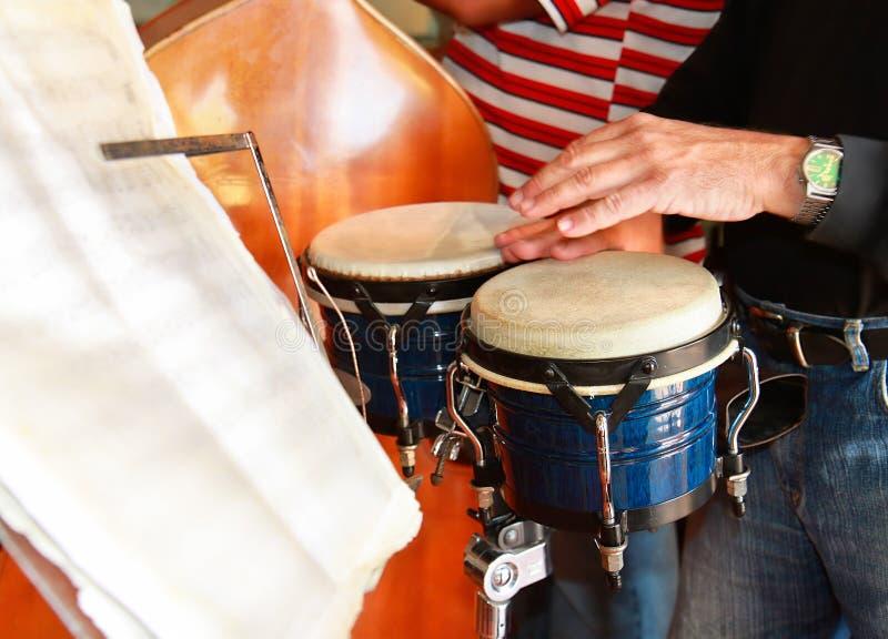 Kubanischer Musiker, der Pongotrommel spielt lizenzfreies stockbild