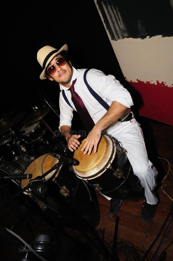 Kubanischer Schlagzeuger auf Schwarzem stockfotos
