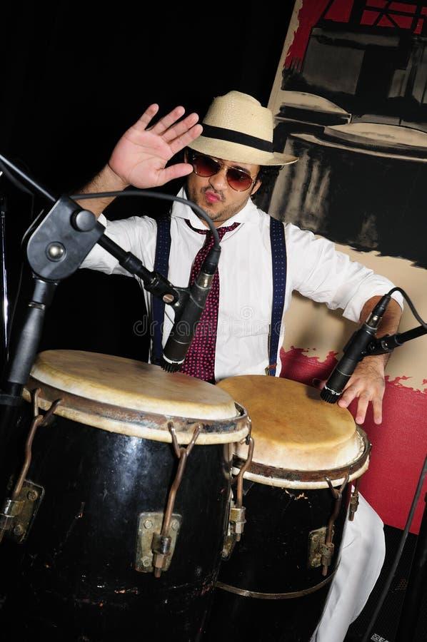 Kubanischer Schlagzeuger auf Schwarzem lizenzfreies stockfoto