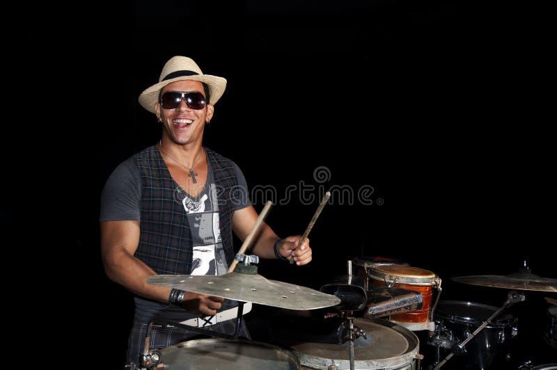 Kubanischer Schlagzeuger getrennt auf Schwarzem stockfotos