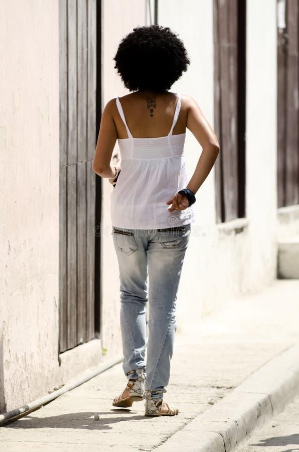 Kubanisches Mädchen mit dem schönen Haar lizenzfreies stockfoto