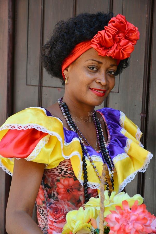 Kubansk dam i havannacigarr royaltyfri bild