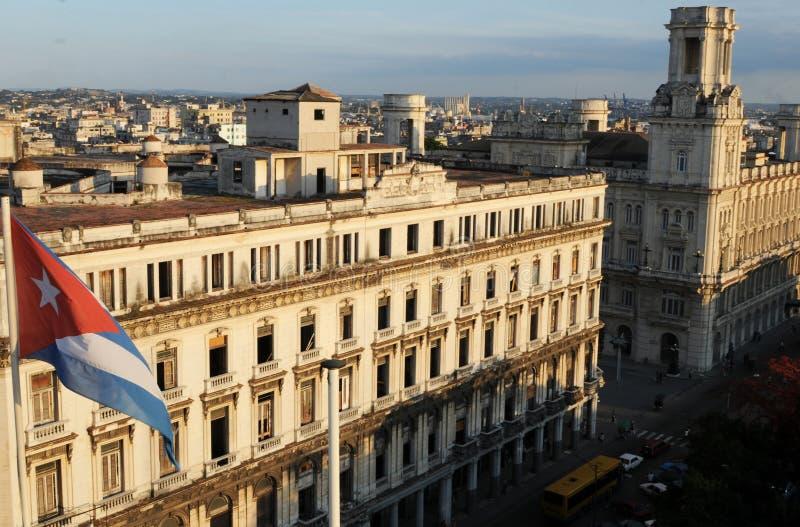 Kubansk flagga framme av kolonial byggnad i Centro Havanna royaltyfri foto