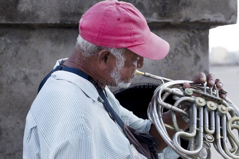 Kubansk gatamusiker, havannacigarr, Kuba royaltyfri bild