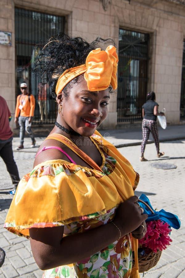 Kubansk kvinna i den typiska klänningen, Kuba arkivfoton