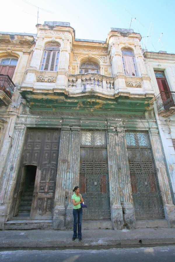 Kubansk kvinnlig på gatan i havannacigarr arkivfoto