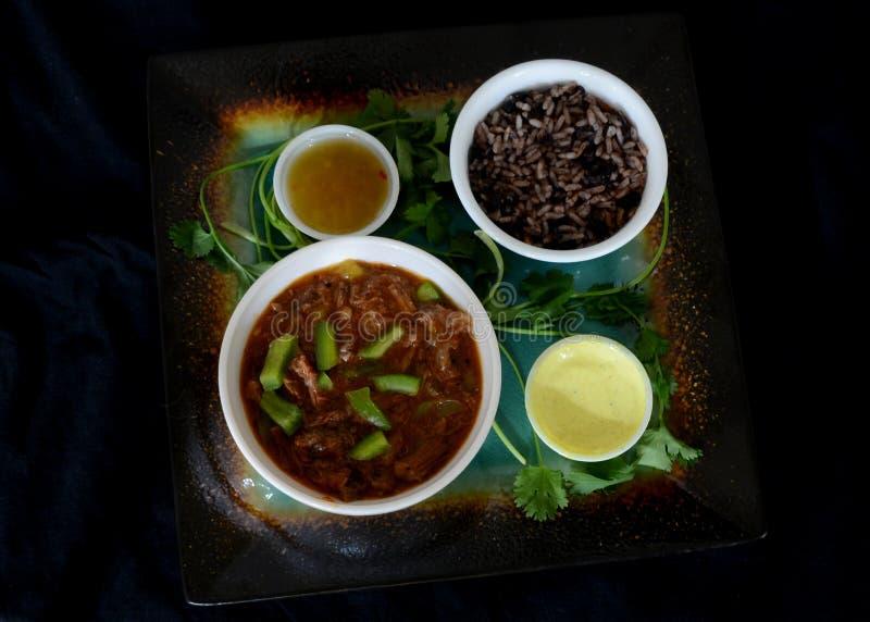 Kubansk mat i mörkt matfunktionsläge royaltyfria bilder