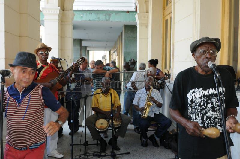 Kubansk musikband som spelar sonen och salsa i Santa Clara City arkivfoton