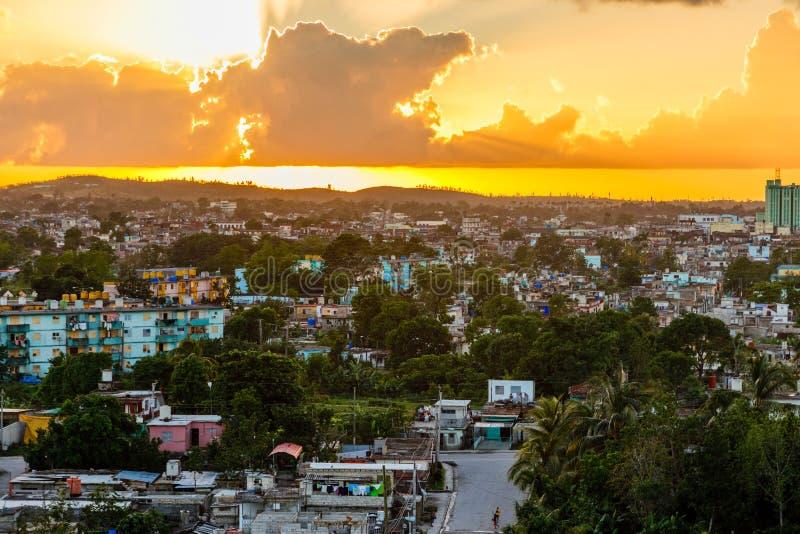 Kubansk stadssolnedgångpanorama, Santa Clara, Kuba royaltyfri foto
