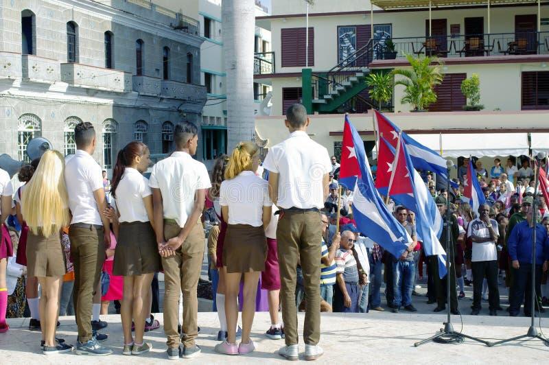 Kubanska skolapojkar och flickor på en etapp royaltyfri bild