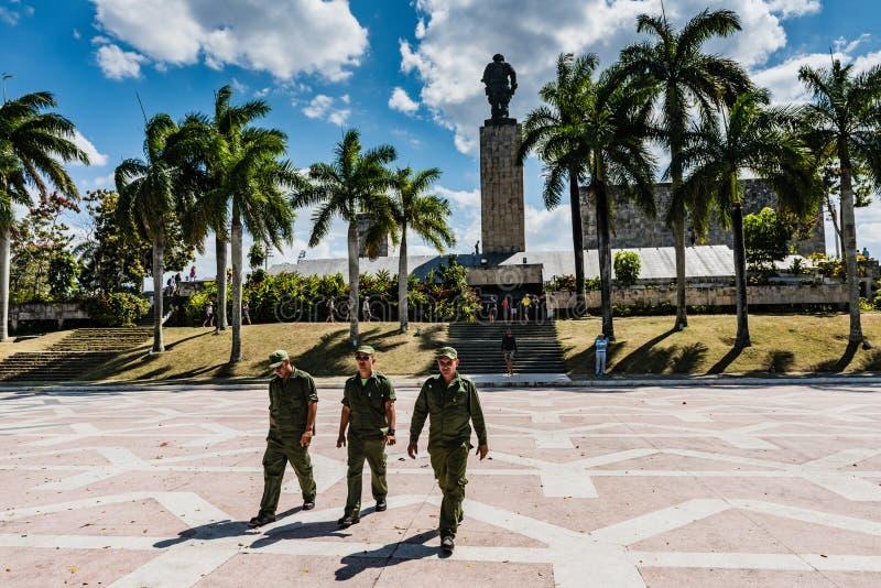Kubansoldater på Che Guevara Mausoleum fotografering för bildbyråer