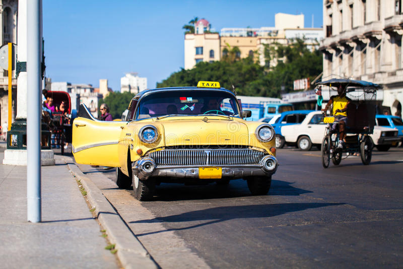 Kubataxi på den huvudsakliga gatan i havannacigarr 2 royaltyfria foton