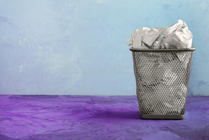 Kubeł na śmieci dla papieru Piękny niezwykły tło z miejscem dla teksta Pełny kubeł na śmieci dla papierowych prześcieradeł zdjęcie stock