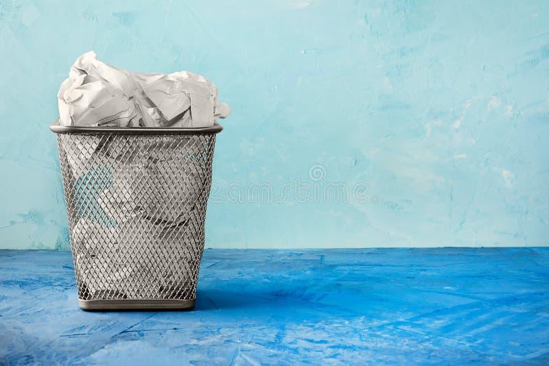 Kubeł na śmieci dla papieru Piękny tło z miejscem dla teksta Pełny kubeł na śmieci dla zmiętych papierowych prześcieradeł zdjęcia royalty free