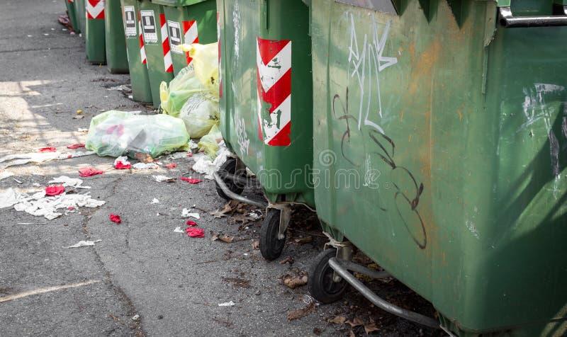Kubeł na śmieci z rzędu zdjęcia stock