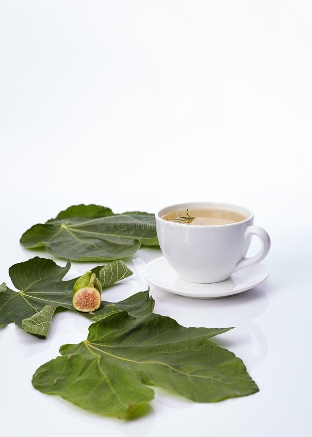 Kubek figi liścia herbata Z rozmarynami zdjęcia royalty free