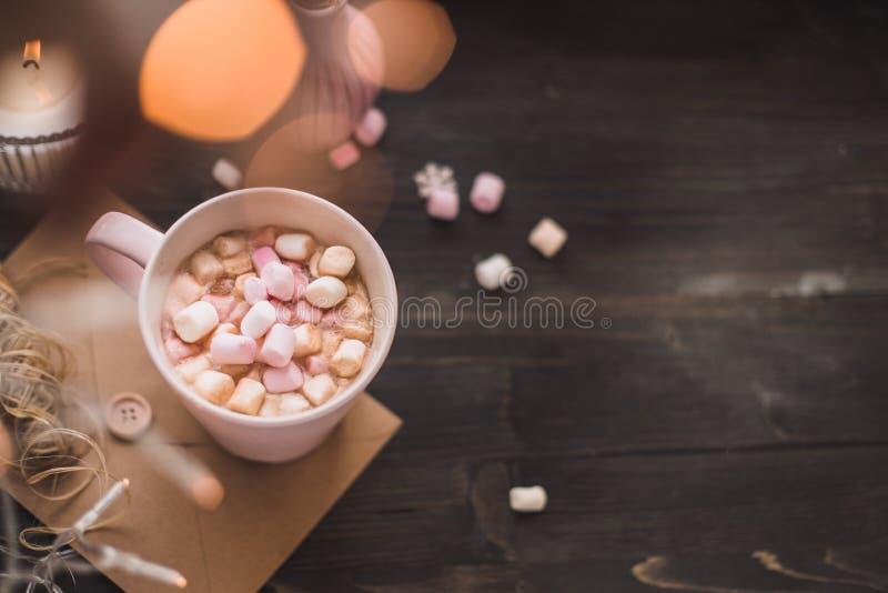 Kubek gorący kakao lub gorąca czekolada z marshmallow bo i światłami fotografia royalty free