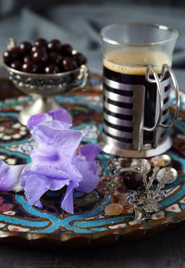 Kubek kawa, czekoladowe krople i irysowy kwiat, obraz royalty free