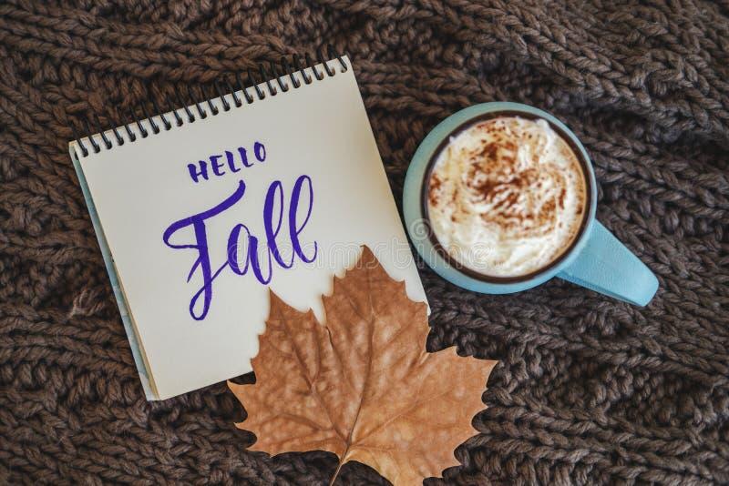 Kubek kawy, kakaowej lub gorącej czekolada z, liść znak Cześć, spadek Bania fotografia royalty free