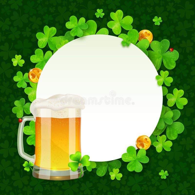 Kubek lekki piwo na zielonych koniczynach round royalty ilustracja