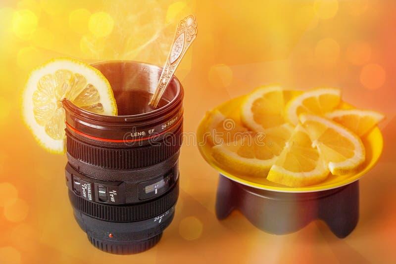 Kubek - obiektyw z herbatą i cytryną zdjęcie stock
