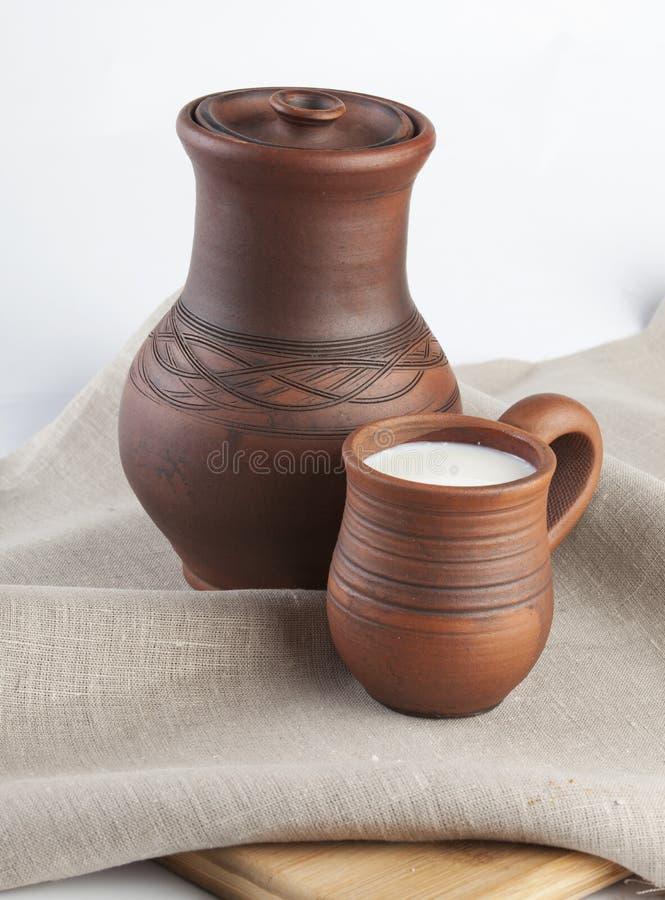 Download Kubek z mlekiem obraz stock. Obraz złożonej z napój, drewniany - 28995383
