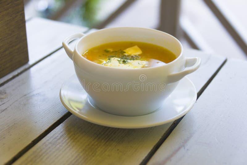 Kubek zupy na drewnianym stole na zewnÄ…trz obrazy stock