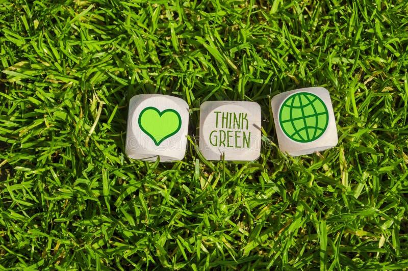 Kuber och tärning med att tänka gräsplan och spara vår planet med grön elektricitet fotografering för bildbyråer