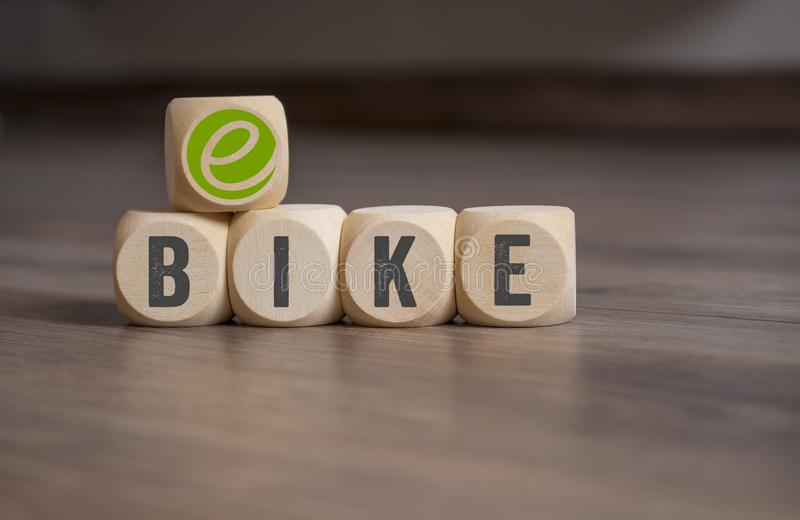 Kuber t?rnar med e-cykeln royaltyfri foto