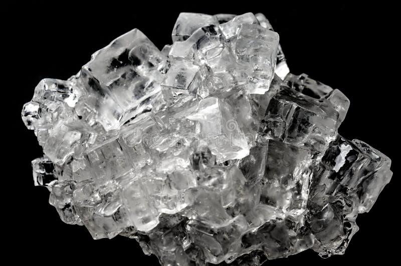Kubiek zout kristalcomplex tegen zwarte achtergrond royalty-vrije stock afbeelding
