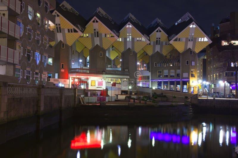 Kubieke huizen in Rotterdam bij nacht stock afbeelding