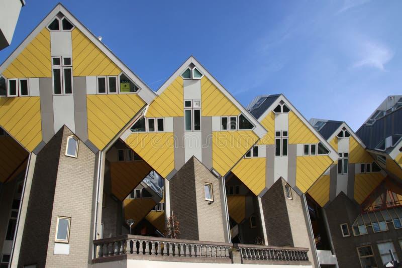 Kubikhus som arkitektur experimenterar i centret av Rotterdam på Blaaken i Nederländerna royaltyfri foto