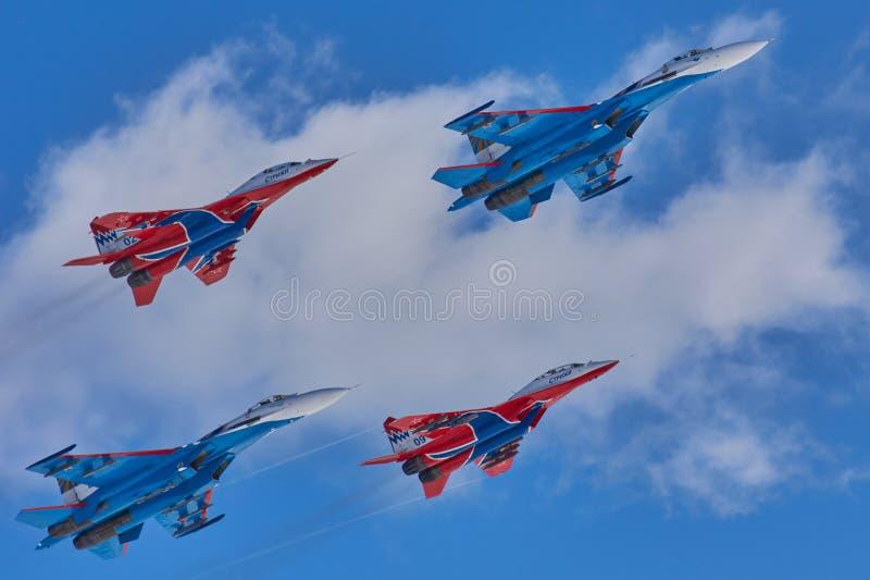 KUBINKA、莫斯科地区,俄罗斯特技队` Swifts `和`俄国人骑士`航空器苏-30和米格-29 免版税库存照片