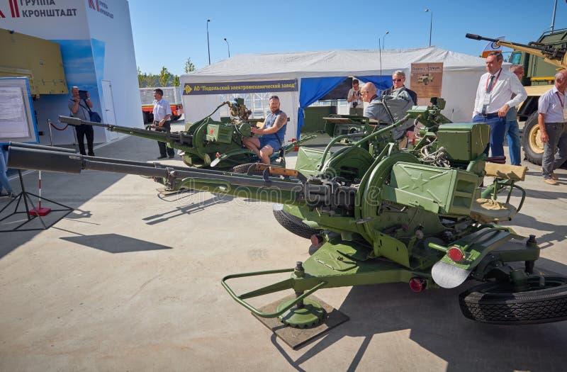 KUBINKA,俄罗斯, 8月 24日2018年:在被配对的大口径机枪23 mm大炮的看法装甲的卡车或坦克的 陈列参观 免版税库存照片
