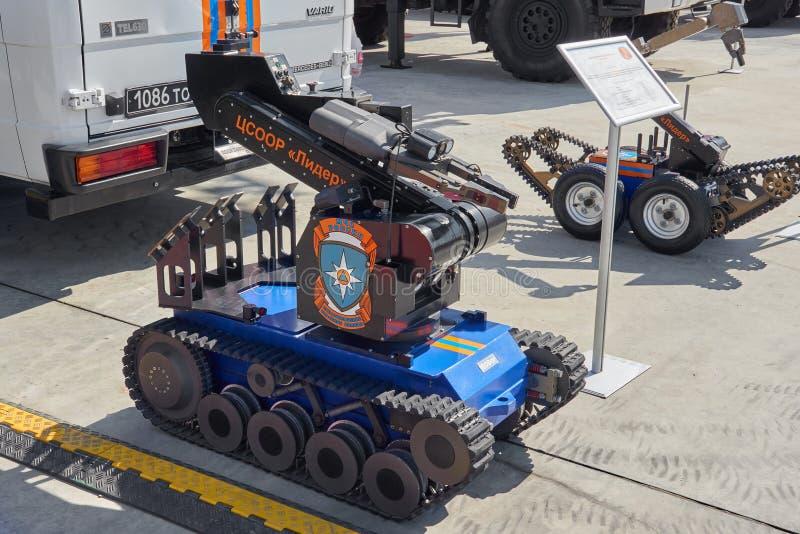 KUBINKA,俄罗斯, 8月 24日2018年:在轨道的特别遥控对壕兵机器人与MChS的操作器胳膊,警察,军事,火 库存图片