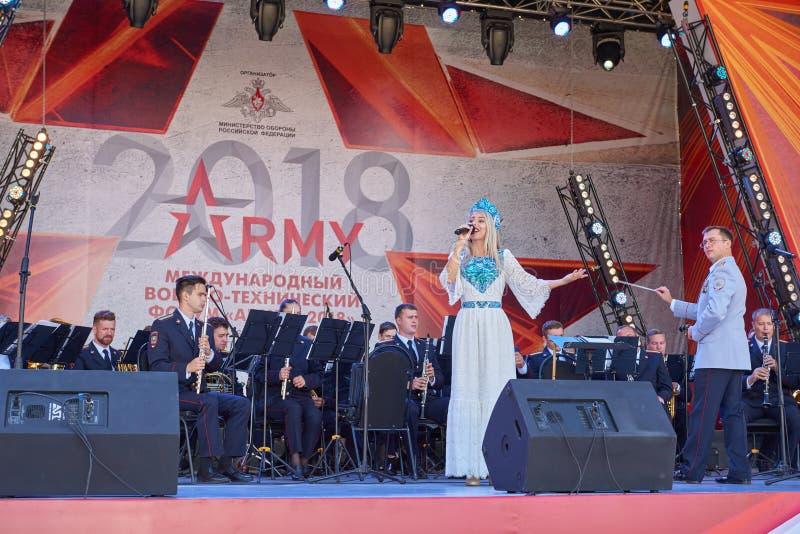 KUBINKA,俄罗斯, 8月 24日2018年:在音乐会阶段的看法与在俄国军队制服的军事乐队在国际军事Te 库存照片