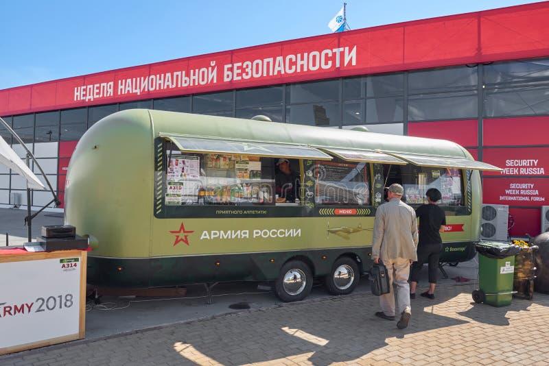 KUBINKA, ΡΩΣΙΑ, Ο ΑΎΓΟΥΣΤΟΣ 24, 2018: Άποψη σχετικά με τα γεύματα γρήγορου φαγητού στο ρυμουλκό ροδών στο στρατιωτικό πράσινο στρ στοκ φωτογραφίες με δικαίωμα ελεύθερης χρήσης