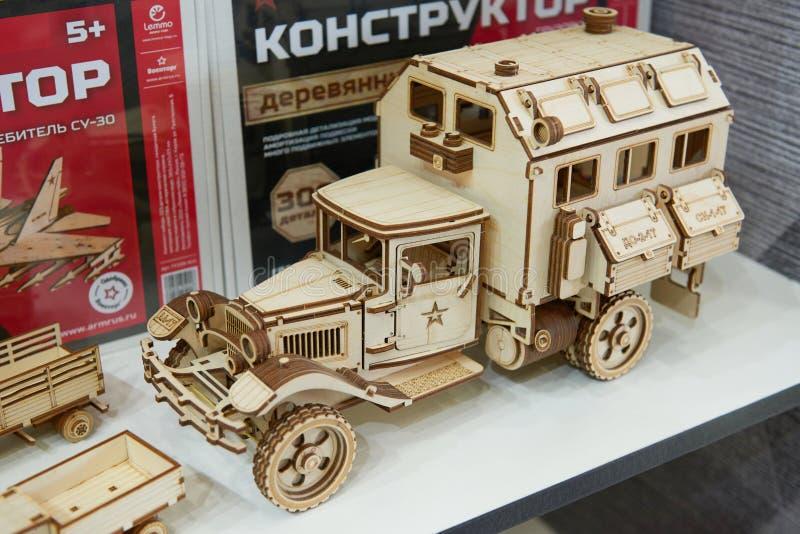 KUBINKA, RUSLAND, AUGUSTUS 24, 2018: Oude militaire die vrachtwagen van vele houten delen wordt gemaakt Houten stuk speelgoed bou royalty-vrije stock foto's