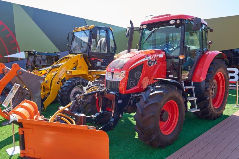 KUBINKA, RUSSIE, AOÛT 24, 2018 : Fourmi russe 4135F et 3000 de tracteurs agricoles Machines agricoles sur l'exposition images stock