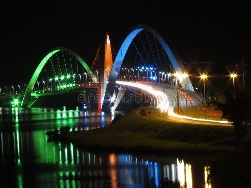 Kubitschek bro på natten med kulör lighting arkivfoton