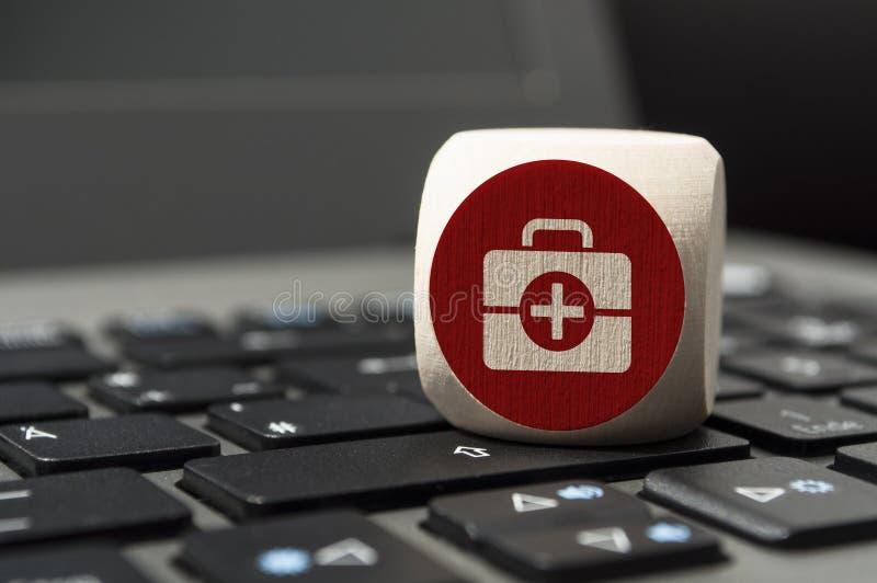 Kubus met online apotheek en online doc. op een toetsenbord royalty-vrije stock afbeelding