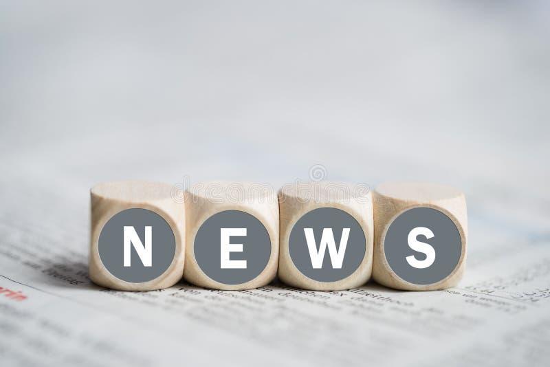 Kubussen met het woord` nieuws ` stock fotografie