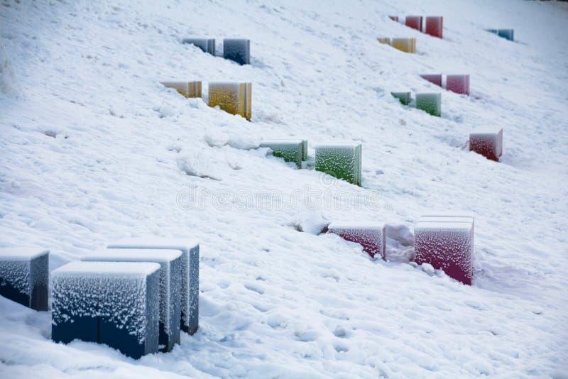 Kubussen in sneeuw stock fotografie
