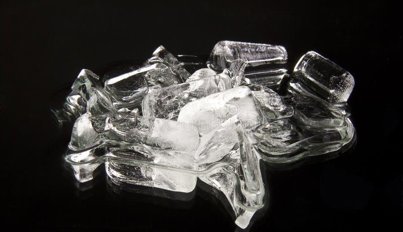 Kubussen van ijs op een zwarte royalty-vrije stock afbeeldingen