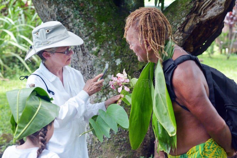 Kucbarska wyspiarka wyjaśnia zachodnich turystów o miejscowym nat fotografia royalty free