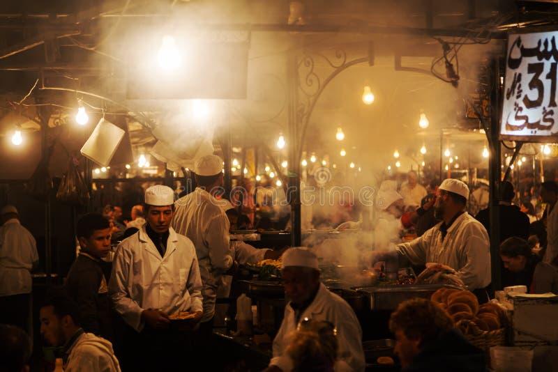 Kucharzi w Marrakesh przy nocą obrazy royalty free