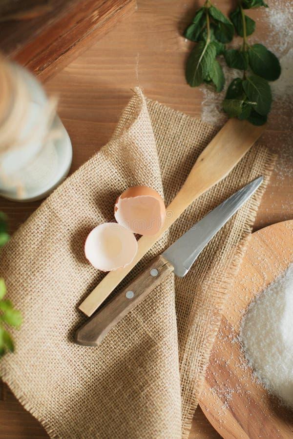 Kuchen auf dem Tisch kochen und Kuchenbestandteile backend stockfoto