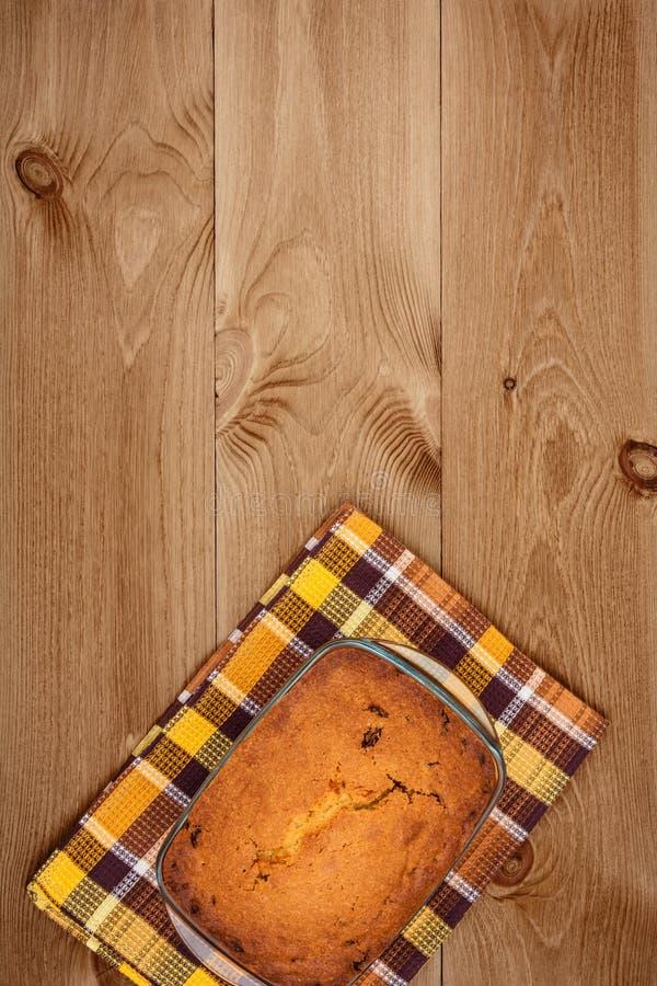 Kuchen auf hölzernem Hintergrund stockbild