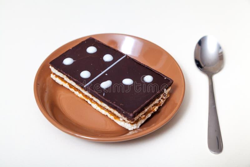 Kuchen in der Form der rechteckigen Dominofliese stockbilder