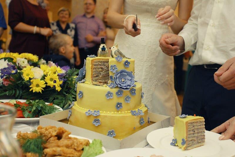 Kuchen an der Hochzeitstafel stockfotografie